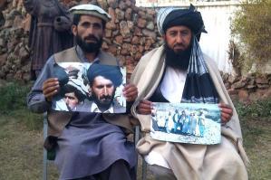 Noor Khan met een foto van zijn vader